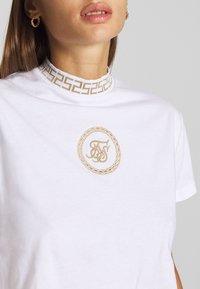 SIKSILK - LUXURY CROP TEE - T-shirt z nadrukiem - white - 4