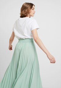 Miss Selfridge - PLEATED ELASTICATED WAIST - A-snit nederdel/ A-formede nederdele - green - 3
