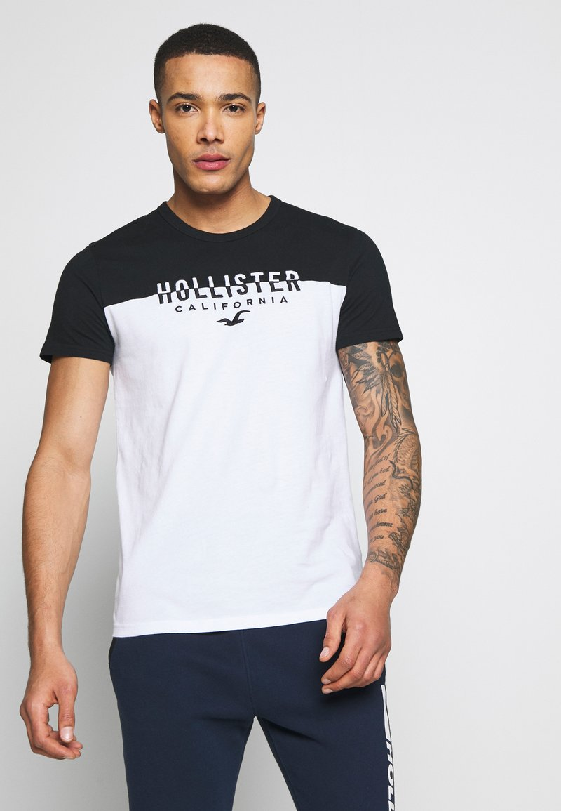 Hollister Co. - CORE TECH SMALL SCALE BLOCK  - T-shirt med print - white/black splicing