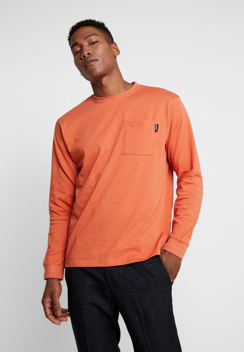Mennace - ESSENTIAL SIGNATURE POCKET  - Long sleeved top - orange