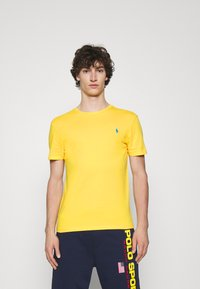 Polo Ralph Lauren - CUSTOM SLIM FIT JERSEY CREWNECK T-SHIRT - T-shirt basique - yellow - 0