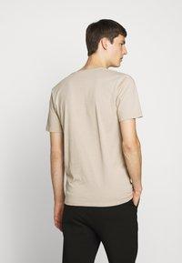 DRYKORN - QUENTIN - T-shirt - bas - brown - 2