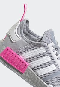 adidas Originals - NMD_R1 SHOES - Matalavartiset tennarit - halo silver/ftwr white/screaming pink - 8
