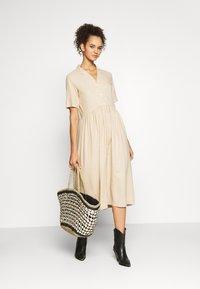 PIECES Tall - PCMILRED DRESS TALL - Vestido informal - warm sand - 1