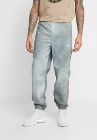 Wood Wood - HAMPUS TROUSERS - Tracksuit bottoms - army - 0