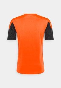 Puma - Print T-shirt - black/shocking orange - 1