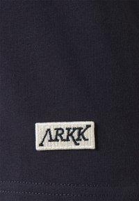 ARKK Copenhagen - BOX LOGO TEE - Basic T-shirt - maritime blue - 6