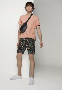 TOM TAILOR DENIM - TOM TAILOR DENIM HOSEN & CHINO GEMUSTERTE CHINO SHORTS - Shorts - colorful botanical print - 1