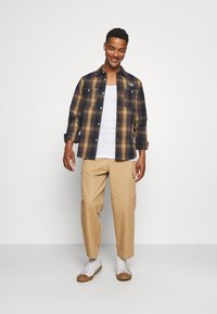 Vintage Supply - BAGGY CARPENTER TROUSERS - Trousers - sand - 1
