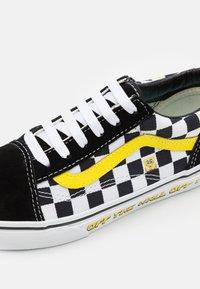 Vans - UY VANS X SPONGEBOB OLD SKOOL UNISEX - Zapatillas - black/white - 5