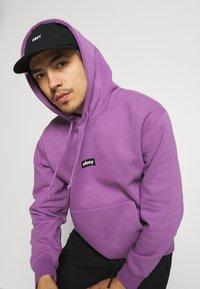Obey Clothing - BAR - Collegepaita - purple nitro - 3