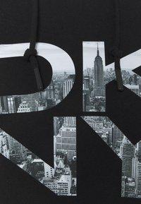DKNY - STACKED CITY LOGO RAGLAN CROPPED HOODIE - Sweatshirt - black - 5