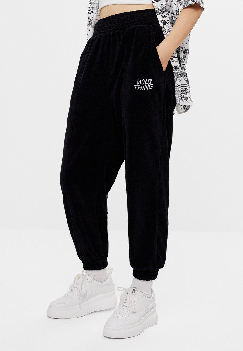 Bershka - Teplákové kalhoty - black