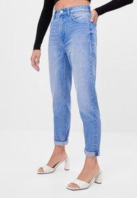 Bershka - MIT UMSCHLAG  - Jeans baggy - light blue - 0