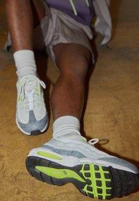 Nike Sportswear - AIR MAX 95 - Sneakersy niskie - white/black/cool grey/wolf grey/pure platinum/volt - 2