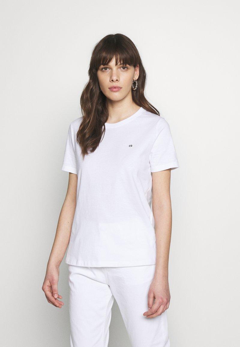 Calvin Klein - SMALL LOGO EMBROIDERED TEE - Jednoduché triko - white