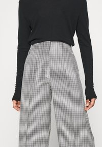 Weekday - PETRA TROUSER - Trousers - dogtooth - 4