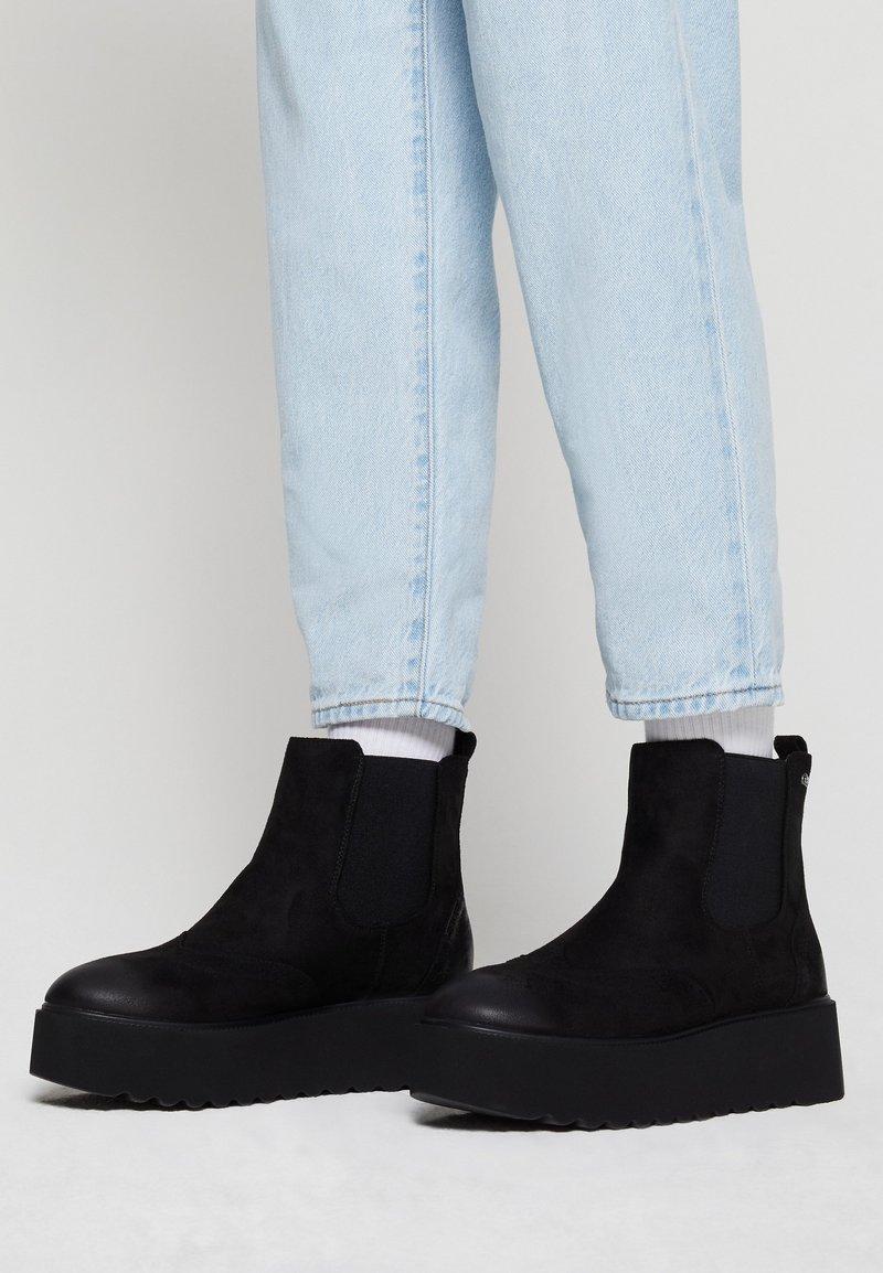 mtng - HIGH SCHOOL - Kotníkové boty na platformě - black