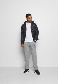 Puma - ESS LOGO PANTS  - Pantalon de survêtement - medium gray heather - 1