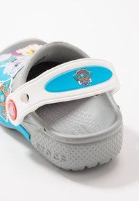 Crocs - FUN LAB NICKELODEON PAW PATROL - Chanclas de baño - light grey - 2
