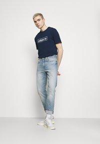 adidas Originals - LINEAR LOGO TEE - Print T-shirt - collegiate navy - 1