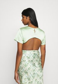 Missguided - CUT OUT BACK TIE CROP - Print T-shirt - sage - 2