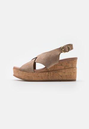 Sandalias con plataforma - fango