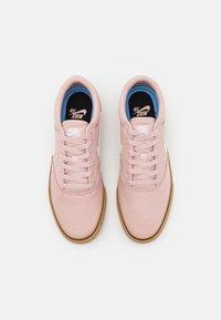 Nike SB - CHRON 2 UNISEX - Skateschoenen - pink oxford/white/light brown/black - 3