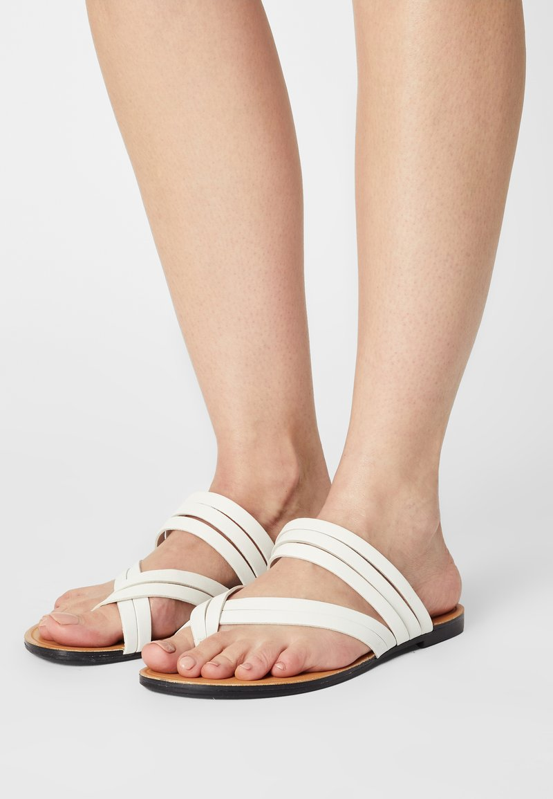 Vagabond - TIA - Sandály s odděleným palcem - white