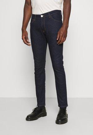BRYSON - Skinny džíny - crimson blue