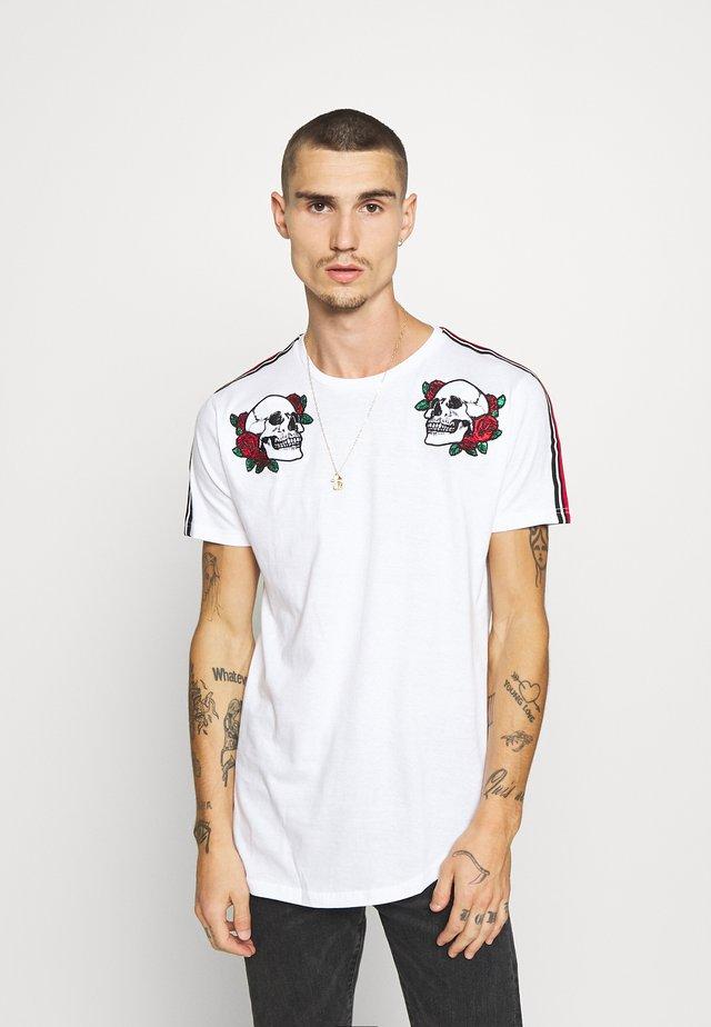 HEKIMA - Camiseta estampada - optic white