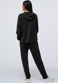 OYSHO - Teplákové kalhoty - black - 2