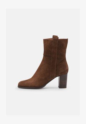 Kotníkové boty - chesnut
