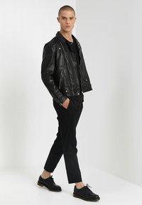 Antony Morato - SPORT V-NECK WITH METAL PLAQUETTE - T-shirt basic - nero - 1