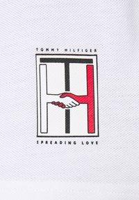 Tommy Hilfiger - ONE PLANET BACK LOGO UNISEX - Polotričko - white - 5