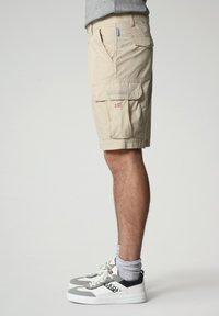 Napapijri - N-ICE CARGO - Shorts - natural beige - 2