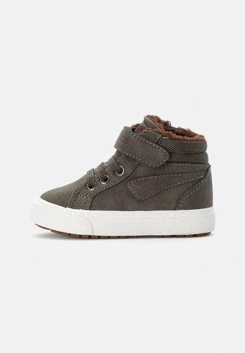 KAVU - Sneakers hoog - olive/coffee