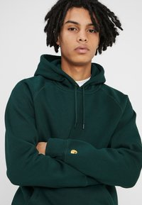Carhartt WIP - HOODED CHASE  - Hoodie - bottle green/gold - 4