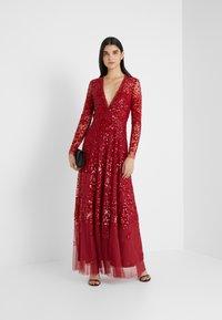 Needle & Thread - AURORA V-NECK GOWN - Společenské šaty - cherry red - 1