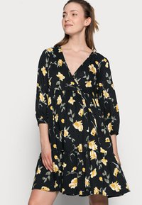 Pieces Maternity - PCMGLYDA WRAP DRESS - Day dress - black - 3
