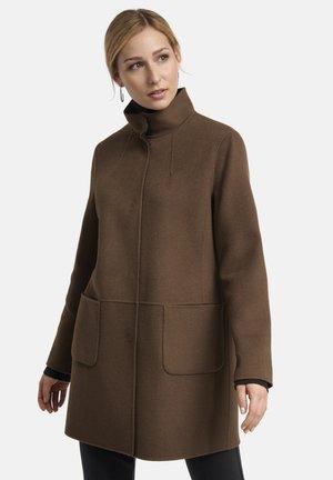 MIT STEHKRAGEN - Short coat - braun
