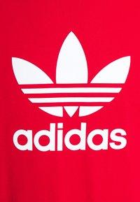 adidas Originals - TREFOIL UNISEX - T-shirt med print - scarlet/white - 4