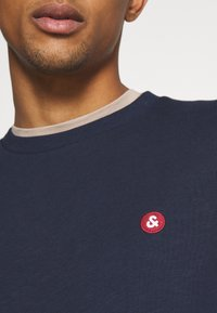 Jack & Jones - JJEBADGE CREW NECK  - Collegepaita - navy blazer/brick red - 5