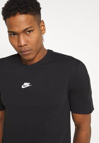 Nike Sportswear - REPEAT - T-shirt imprimé - black
