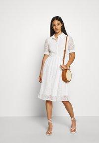 NA-KD - SHORT SLEEVE DRESS - Vestido camisero - white - 1