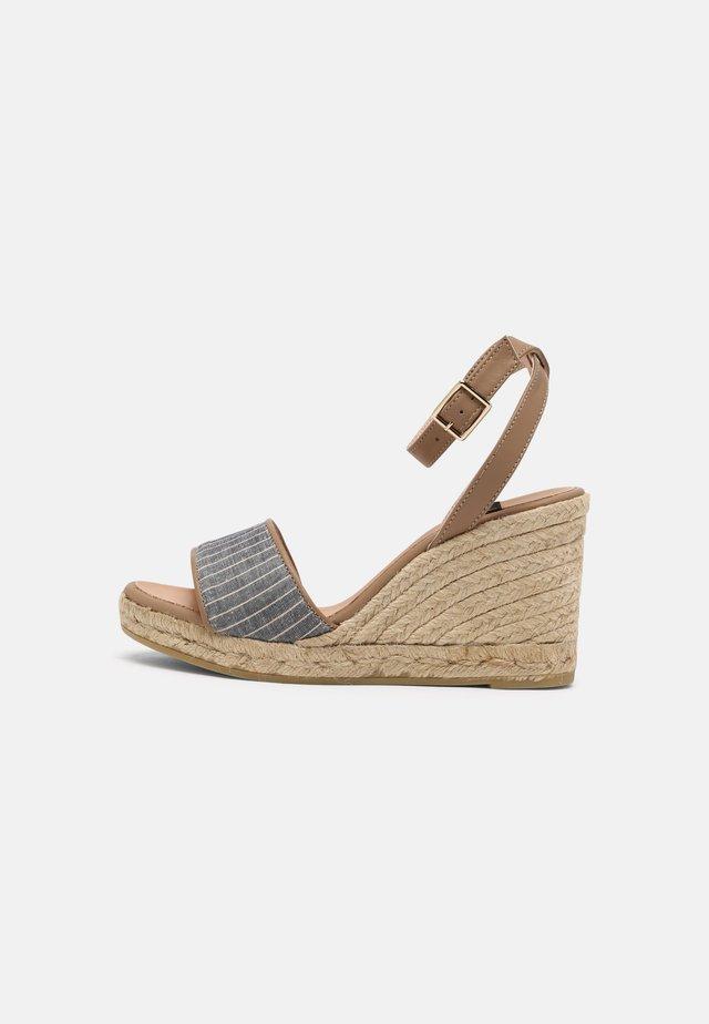 YAMINA - Sandales à plateforme - harajuku azul/pharos taupe