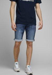 Jack & Jones - REX - Jeans Shorts - blue denim - 0