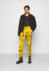 Missguided - TIE DYE JOGGER - Pantalones deportivos - brown - 1