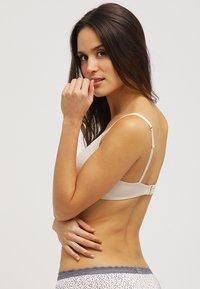 Triumph - BODY MAKE UP ESSENT N - Triangel BH - nude beige - 2