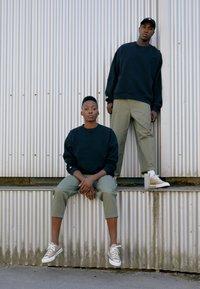Converse - SHAPES BUBBLE CREW UNISEX - Sweatshirt - black - 5